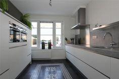 Rechte parallel keuken. Vloer met Portugese tegels.