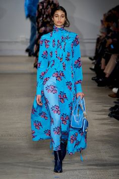 Zadig & Voltaire Fall 2020 Ready-to-Wear Fashion Show - Vogue Dope Fashion, Colorful Fashion, Fashion Week, Fashion 2020, Runway Fashion, High Fashion, Fashion Looks, Fashion Outfits, Fashion Trends