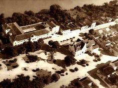 Vista aérea antiga da Praça Santa Rita com o Colégio Carmo no alto à esquerda.