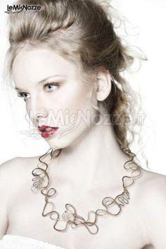 Acconciatura sposa con capelli semiraccolti. Clicca e guarda tantissime immagini di acconciature sposa http://www.lemienozze.it/gallerie/foto-trucco-sposa/img25728.html