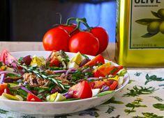 La recette traditionnelle de la salade niçoise comprend tomates, oeufs durs, cébettes, olives noires ainsi que du thon ou des anchois.