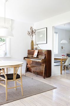 Small Living Room with Piano. 20 Inspirational Small Living Room with Piano. Living Room Black Leather Ottoman Coffee Table for Small Piano Living Rooms, Home Living Room, Living Spaces, Small Room Design, Dining Room Design, Sweet Home, Retro Home Decor, Home Fashion, Small Living