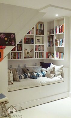 O un rincón de lectura acogedor. | 27 maneras ingeniosas de utilizar el espacio debajo de tus escaleras