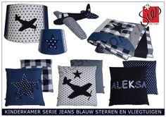 Kinderkamer aankleding donker blauw, jeans en wit met sterren en vliegtuig www.siesfactory.nl