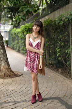 Street Style –Giovana Ferrarezi. Look despojado e charmoso com vestido estilo pijaminha e bota de cano curto.