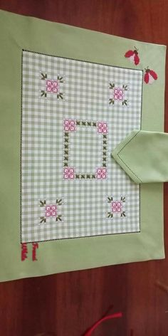 Chicken Scratch Patterns, Chicken Scratch Embroidery, Hand Embroidery Designs, Embroidery Stitches, Table Runner And Placemats, Mini Album Tutorial, Girl Scout Crafts, Baby Supplies, Doll Quilt