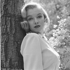 The photos Marilyn Monroe were taken in 1950 by Ed Clark, who believed that they would be published in the LIFE magazine. But the pictures were rejected, citing the fact that no one knows who Marilyn Monroe is. Estilo Marilyn Monroe, Fotos Marilyn Monroe, Young Marilyn Monroe, Life Magazine, Magazine Photos, Magazine Covers, Brigitte Bardot, Edward Clark, Photo New