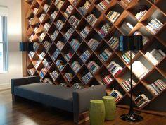 Heb jij een gigantische verzameling boeken in huis? Hoe berg je ze op? Toch niet in zo'n saaie boekenkast of op een standaard boekenplank? Er zijn zoveel originele manieren om je boeken te ordenen. Wij schotelen onze favorieten alvast voor.