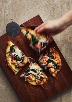Pour tous les gens qui habitent seuls et qui souhaitent cuisiner quelque chose sans manger la même affaire toute la semaine, j'ai créé des recettes en pensant spécialement à vous.<3 #lesautresdoublezlarecettegang Healthy Pizza, Healthy Cooking, Cooking Recipes, Naan, Pita Kebab, Pizza Style, Weed Recipes, Flatbread Pizza, Pasta