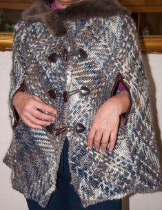 Esta capa esta tejida en telar regulable, son dos cuadrados de 70cm y dos rectangulos de 35 x 70 cm y la unión de estos hace la raya para sacar las manos. Los cuadrados se unen atras con una costura y para darle vuelo le he formado el pliegue. Yarn Projects, Knitting Projects, Loom Weaving, Hand Weaving, Capes, Crochet For Beginners, Patterned Shorts, Hand Knitting, Dressing