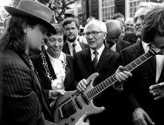 """""""Gitarren statt Knarren"""": Udo Lindenberg überreicht dem damaligen SED-Generalsekretär Erich Honecker bei dessen erstem West-Besuch 1987 eine E-Gitarre mit der Aufschrift: """"Gitarren statt Knarren"""". Lindenbergs Song """"Mädchen aus Ostberlin"""" hörte Martin Rupps mit anderen Ohren, seit ihm an der Eintrittskasse des Berliner Doms ein blondes Mädchen mit dem schönsten Gesicht des Sozialismus begegnet war."""