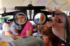 Nezahualcóyotl, Méx. 02 Agosto 2013. La práctica de exámenes de la vista y la posterior obtención de anteojos a bajo costo, es otro de los servicios dentro de la Jornada Multidisciplinaria en Apoyo a la Salud de la Mujer.