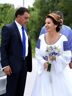 ALBASTRU DE Voroneț. Romanian ethnics big cultural influence in slavic countries. Romanian Wedding, Wedding Abaya, Straight Cut Dress, Traditional Wedding Dresses, Glamour, Beautiful Couple, Ethnic Fashion, Elegant Wedding, Wedding Photos