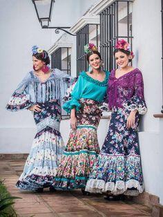 Aquí estamos, bien distraídas viéndoos pasar...Somos Flamencas.Manuela Macias