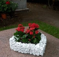 Front Yard Landscaping Ideas That Will look fine Year After . ** Click image for more details. Garden Yard Ideas, Diy Garden Projects, Garden Crafts, Diy Garden Decor, Garden Art, Garden Design, Garden Decorations, Cemetery Decorations, Diy Planters