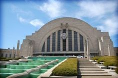 Located in an historic Art Deco train station built in 1933, Cincinnati Museum Center offers special exhibitions and houses the Cincinnati History Museum, Duke Energy Children's Museum, the Museum of Natural History & Science, the Cincinnati Historical Society Library and the Omnimax Theater. Admission can be purchased for individual attractions, or combination discounts are available.