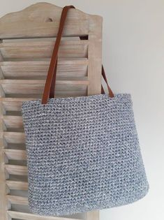The tutorial for a generous and very chic crochet bag! – The small stitches of Jordane Poncho Au Crochet, Crochet Diy, Love Crochet, Beautiful Crochet, Crochet Stitches, Crochet Bags, Crochet Bracelet Tutorial, Bracelet Crochet, Free Knitting