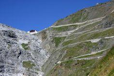 Stilfserjoch 2.757 m Seehöhe der höchste Gebirgspass in Italien/Südtirol Dangerous Roads, Mountain Pass, Beautiful Roads, Sleepy Cat, Road Trip, Scenery, Places, Biking, Europe