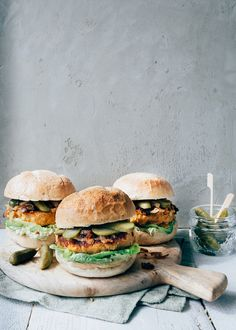 zoete aardappel burger Veggie Recipes, Vegetarian Recipes, Healthy Recipes, Veggie Bites, Bon Ap, I Want Food, Good Food, Yummy Food, Burger And Fries