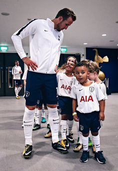 Harry Kane with a group of very-young club mascots. Soccer Guys, Football Soccer, Football Players, Tottenham Football, White Hart Lane, Soccer Workouts, Harry Kane, Tottenham Hotspur Fc, Soccer Skills