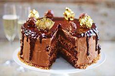 Dreams do come true: Jamie Oliver has made a Ferrero Rocher cake Ferrero Rocher, Sweet Recipes, Cake Recipes, Dessert Recipes, Baking Recipes, Jamie Oliver, Christmas Desserts, Fun Desserts, Nutella Recipes