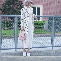 60 Ideas for fashion hijab style chic beautiful Street Hijab Fashion, Arab Fashion, Islamic Fashion, Muslim Fashion, Modest Fashion, Unique Fashion, Fashion Outfits, Style Fashion, Hijab Look