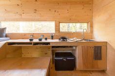 Amerikanerne kan ikke få nok af små træhuse. En ny form for nybyggertrend har bredt sig, og det er vildt hyggeligt. Denne minihytte i skoven kan du oven i købet leje.