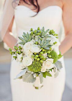 bouquet de mariée original de roses blanches et plantes succulentes