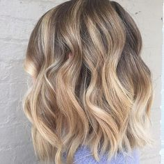 Give us a gorgeous, handpainted dimensional blonde any day. @caithelle_hair has…