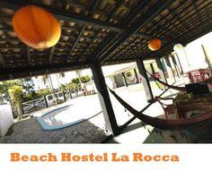 Beach Hostel La Rocca, Brasile: si trova a soli 200 metri dalle famose piscine naturali di Porto de Galinhas. Cucina comune, piscina, amache, patio, sala lounge e camere con aria condizionata. C'è inoltre un bar dove bersi freschissime caipirinhas e un barbecue attorno al quale far festa con gli amici. Prezzi da 15,00€