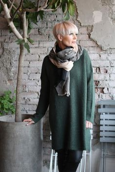 Mathildes verden - casual chic style - dark green woollen dress top with scarf - pixie bob haircut