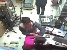 Trabajadora de una tienda se enfrenta a ladrones para evitar que roben el lugar