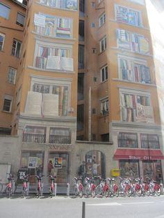 Il y a bien longtemps que je ne vous ai pas présenté de murs peints. Au pied de la fresque les fameux vélov de Lyon. C'est la fresque de la bibliothèque de la cité.(angle quai de la pêcherie, rue de la Platière). Elle se situe non loin des quais où se...