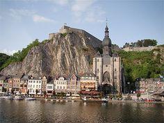 Dinant est une charmante ville qui peut être une porte d'entrée intéressante sur les Ardennes. Elle est traversée par La Meuse, à qui, elle doit son développement passé et présent. Touristiquement parlant, il n'y a pas tant de choses à voir dans cette ville, mais le peu qu'elle nous offre est à la fois splendide (les Grottes et la Cathédrale), très intéressant (la Citadelle) ou encore très reposant (petite croisière sur la Meuse).  Belgique