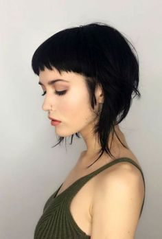 coupe courte coiffure cheveux brun noir effilé frange short fringe bang haircut kurze haar frisur black Source by The post Baby bangs appeared first on Swed. Short Hair With Bangs, Haircuts With Bangs, Girl Short Hair, Short Hair Cuts, Haircut Bangs, Baby Haircut, Haircut Short, Funky Haircuts, Short Punk Hair