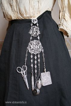 Chatelaine silver. Punches City 'of London; year 1892. Maker Samuel Jacob. Made up of notebook, pencil, brings meter, scissors and brings thimble.