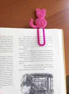 """Minha sobrinha me pediu marcadores de livros, já que está lendo """"livros grandes"""" agora.   Fiz mais esse modelinho (tinha feito o passarinho... Crochet Bookmark Pattern, Crochet Bookmarks, Crochet Flower Patterns, Crochet Books, Crochet Stitches Patterns, Crochet Gifts, Crochet Flowers, Knitting Patterns, Crochet Fish"""