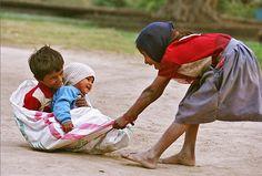 Niños_jugando_con_manta_Ashit Parik