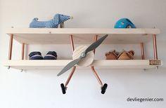 Op zoek naar een originele eye catcher voor de kinderkamer? Kijk eens naar onze stoere vliegtuigwandplank! De kinderkamerstylistnoemt hem 'de leukste wandplank ooit gemaakt'. Daar zijn wij het he-le-maal mee eens. Hij is gemaakt van hout met rood koper en is leverbaar in blank hout, whitewash, greywash en bluewash. De dubbeldekker wandplank is standaard 70 … Lees verder Vliegtuigwandplank