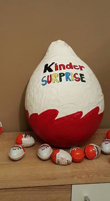 Ötletes Blog: Egy igazi gyerekálom: Óriás Kinder tojás Bean Bag Chair, Christmas Bulbs, Holiday Decor, Blog, Home Decor, Kids, Homemade Home Decor, Decoration Home, Room Decor