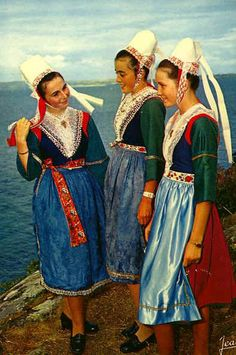 Europe   Three girls wearing traditional clothes, Plougastel-Daoulas, Finistere, Bretagne, France