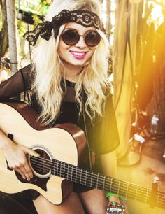Nina Nesbitt Looking hippyish and beautiful as usual. Boho Festival Fashion, Hippie Festival, Festival Looks, Festival Style, Indie Fashion, Fashion Beauty, Bestival, Soft Grunge, Famous Faces