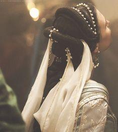 "The Look: Renaissance- Charlotte d'Albret, the Duchess of Valentinois, ""The Borgias"" Mode Renaissance, Italian Renaissance, Renaissance Fashion, Dress Dior, The Borgias, Mode Boho, Fantasy Costumes, Headdress, Costume Design"
