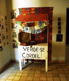 Cordel: livreto sobre temas variados (amor, luta dos homens do sertão, vida de brasileiros ilustres etc.), formado por versos melodiosos e cadenciados.