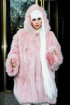 45 Lady Gaga Fashion Moments We Don't Talk About Enough Lady Gaga Outfits, Lady Gaga Fashion, Pink Outfits, Keith Haring Shirt, Divas, Lady Gaga Artpop, Lady Gaga Pictures, Beige Outfit, Neon Hair