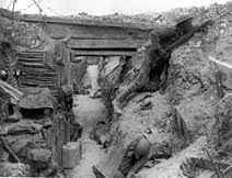 Somme, Picardië, Frankrijk . Op deze foto is een van de loopgraven bij de slag om de Somme (1916) te zien, Engeland en Frankrijk vochten hier tegen Duitsland. Met meer dan een miljoen slachtoffers was dit een van de bloederigste veldslagen in de geschiedenis ooit.