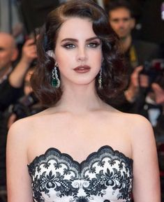 Image about beautiful in Lana Del Rey 💕 by Trang Lê Easy Hairstyles, Wedding Hairstyles, Short Vintage Hairstyles, Vintage Short Hair, Pretty People, Beautiful People, 1920s Hair, Finger Waves, Hollywood Glamour