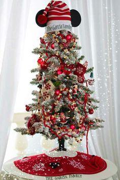 Para todos los amantes de Mickey Mouse, te presento estas hermosas ideas para decorar tu hogar en Navidad con el ratoncito más famoso del mundo. Encontrarás de todo, esferas, arbolitos de Navidad, coronas… mejor checa las siguientes imágenes e inspirarte a decorar con estas bellezas!