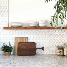 Hexagonal tiles - a trend that is back - Archzine. Kitchen Credenza, Kitchen Inspirations, Kitchen Remodel, Kitchen Decor, Modern Kitchen, New Kitchen, Home Kitchens, Kitchen Tiles, Credence Cuisine