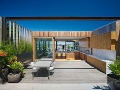 Today we will show you the beautiful Peter's House in San Francisco, California, a project by Craig Steely Architecture. The house is modern, elegant, clean and really cozy. Blog Architecture, Outdoor Spaces, Outdoor Living, Indoor Outdoor, Casa Top, Open House Plans, Open Living Area, Architect House, Glass House